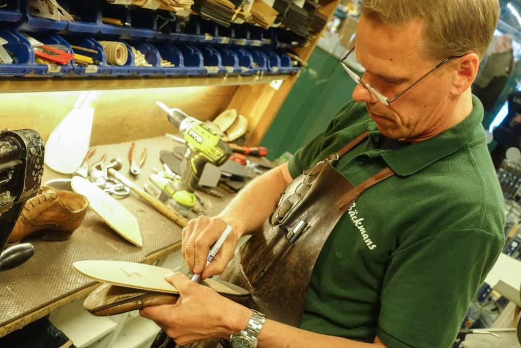 Peter Holmér marks how far back the new sole will be placed.