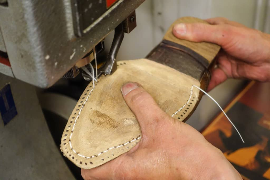 Here are sewn durksömmen in a McKay sewing machine. This stitch is therefore through the soles, uppers and insole. One tries dot holes seam gone before, to avoid making new holes in the material.