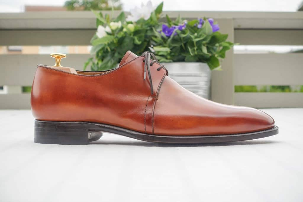 The 3-eyelet derby pattern gives the shoes sleek lines.