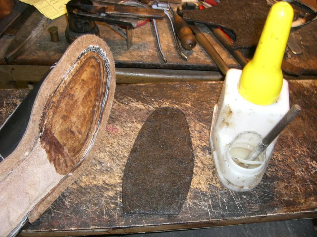 Here contact adhesive is used to attach felt in the inside of the shoe. The container to the right is a very popular variant used for contact adhesive. Picture: Bespoke shoes unlaced