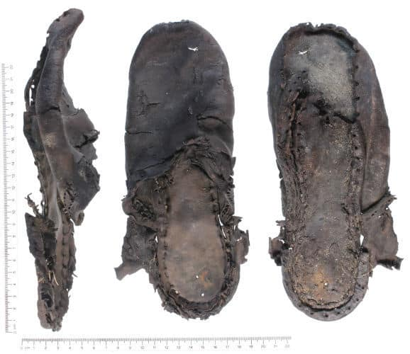 An authentic old welted shoe, made in the same way as figure e in the picture above.