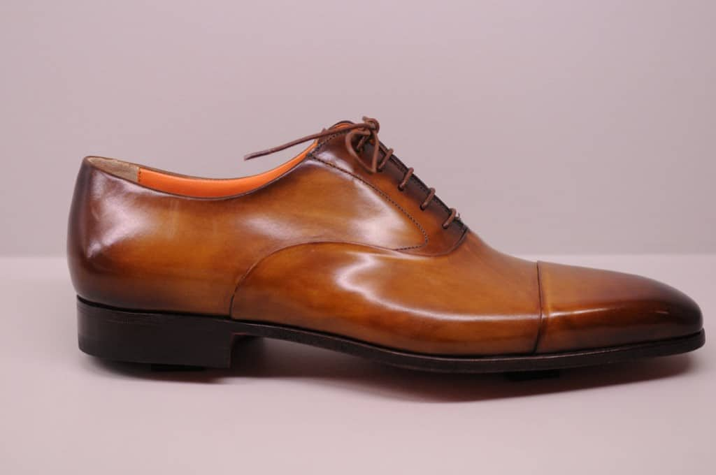 A durksydd shoe with a very tight-cut midsole, like this one from Santoni, are more inclined to kick the instep against things, when there apparently is no protruding over the bottom.