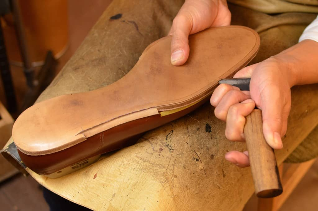 The channel for the sole stitch is cut open. Note also how the outsole has an edge at the waist, which will then be placed over the welt and sole stitch to hide it completely, creating a seamless transition from the bevelling of the waist to the upper leather. Back in the days a bevelled waist was synonymous with also making a blind welt waist.