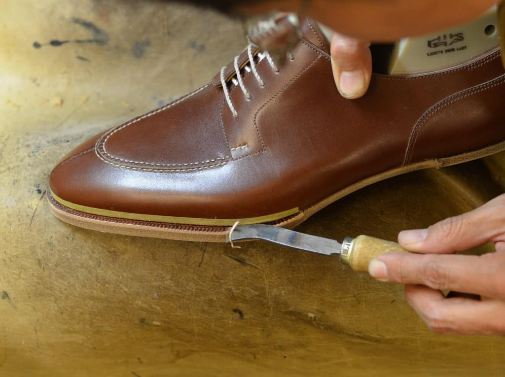 A tool to make a good looking edge on top of the outer part of the welt.
