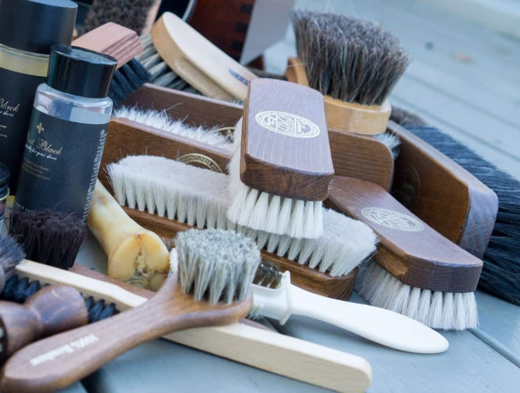 A bunch of brushes, not least several of my favourite, a goat hair brush from Collonil.