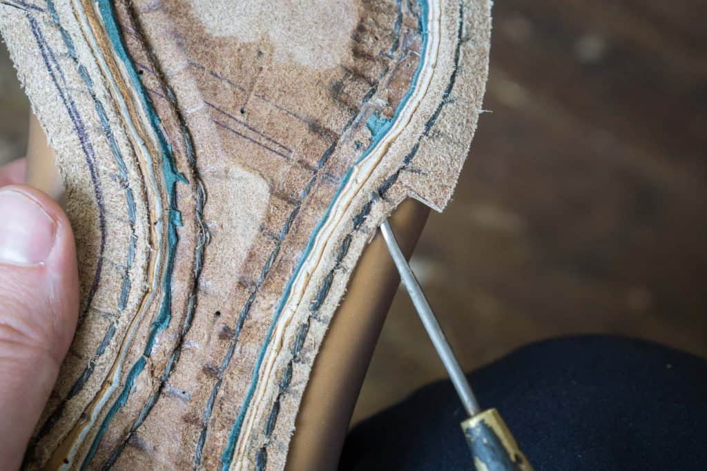 When making a narrow waist with blind welt placed brink part way, and then the edge is not thicker than this. Becomes quite clear that one can not make this kind of waist with machine stitched avlapp.