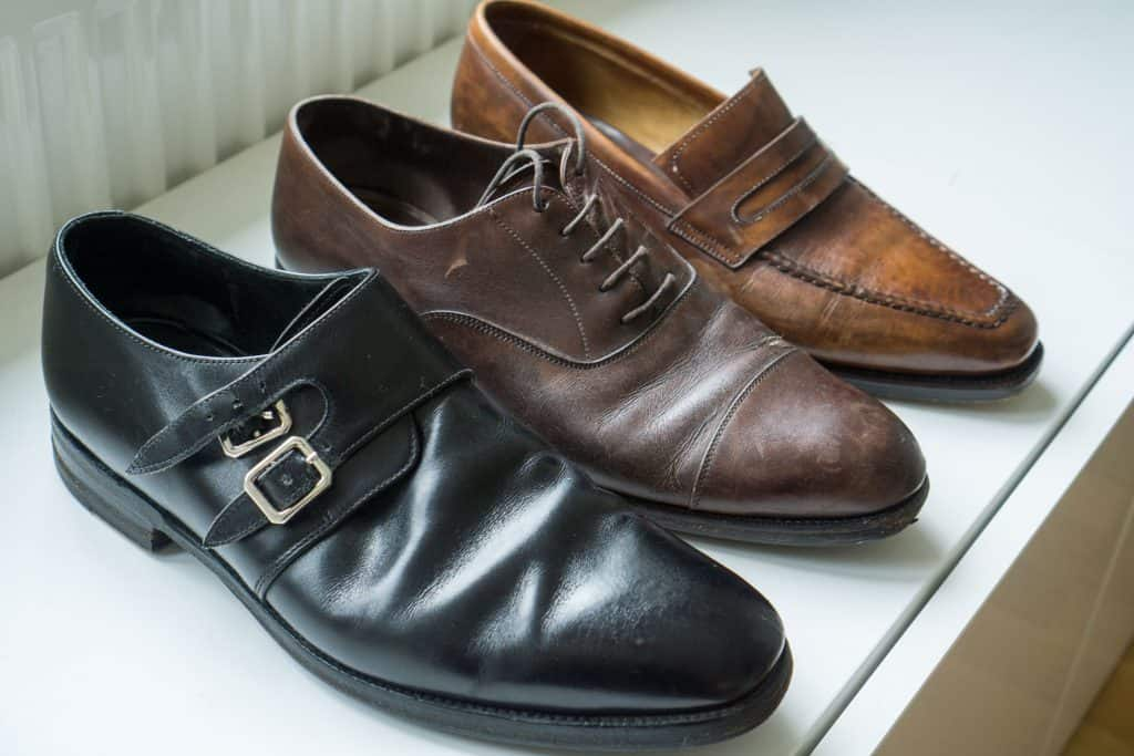 We begin with a look at the shoes to be disassembled (here thus sibling to those Skomakeri Forward took care of). From left: Loake 1880, Carmina, Paolo Scafora.