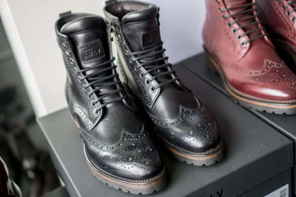 Wingtip-boot in black with nice padded tongue.