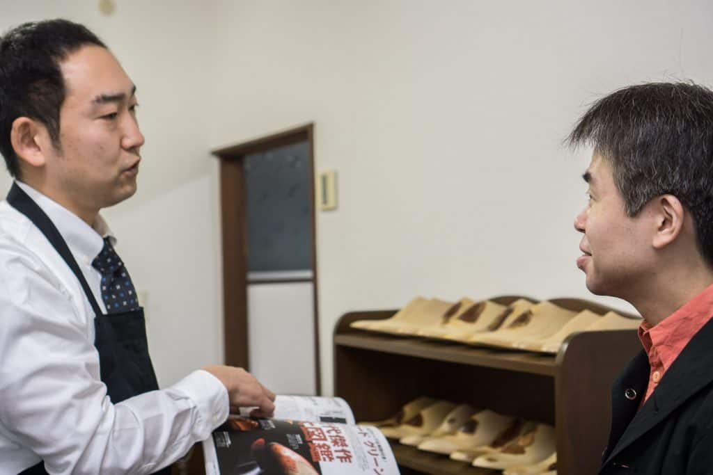 Eiji in discussion with Daisuke Yamashita, who was friendly enough with the visit and interpreted.