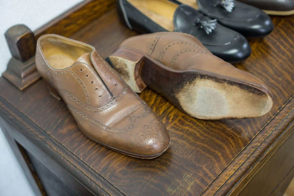 Other fittingskon is more properly done in the same leather (but poorer parts) and just the pattern as ordered, and with a sole and heel are made for use. Both fittingskorna are hand-welted for them to be accurate in how the fit is experienced, but outsole is just ditlimmad.